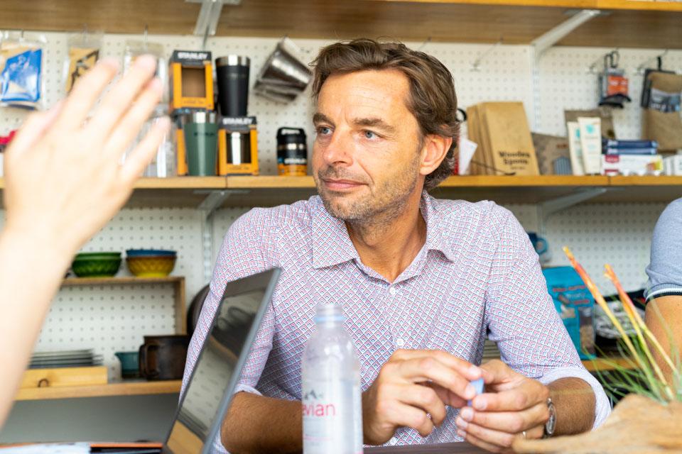 インタービュー中のエリックさんの写真