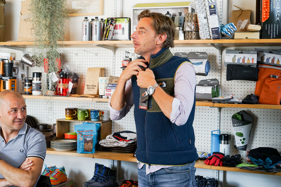 POLARTEC©の新しい生地を使用した Rokx の新作ジャケットを試着するエリックさん